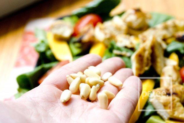 Летний салат с манго и курицей-гриль