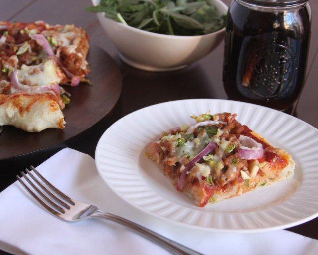 Пицца с куриной колбасой и брюссельской капустой