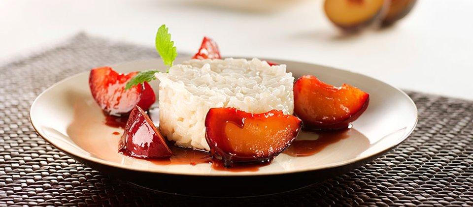 Кокосовый рис со сливами в карамели