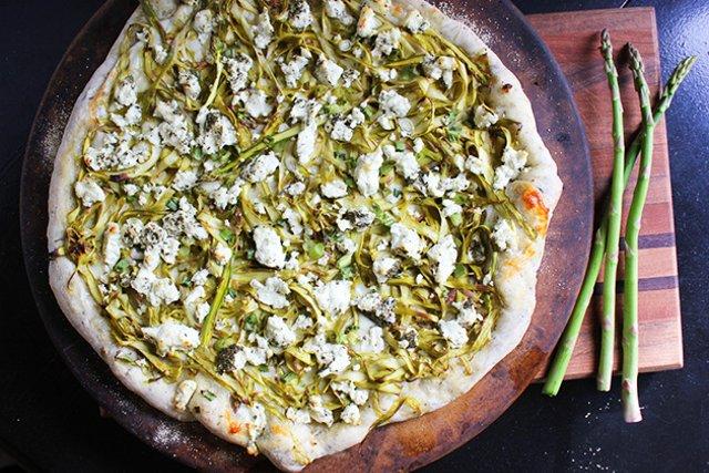Пицца с козьим сыром и спаржей
