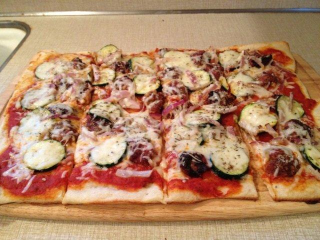 Пицца с фрикадельками и цуккини