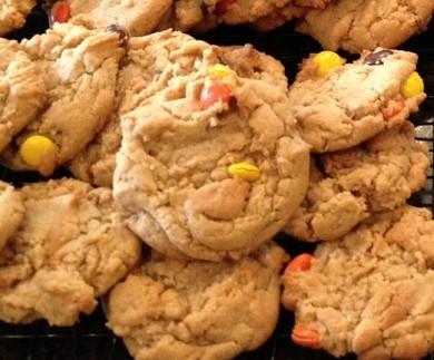Рецепт Печенье с арахисовым маслом и цветными конфетами Рис