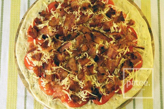 Пицца с беконом, латуком и томатами