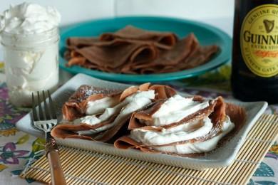 Рецепт Шоколадные блины с взбитыми сливками