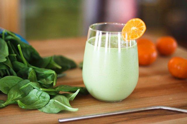 Апельсиновый смузи с шпинатом