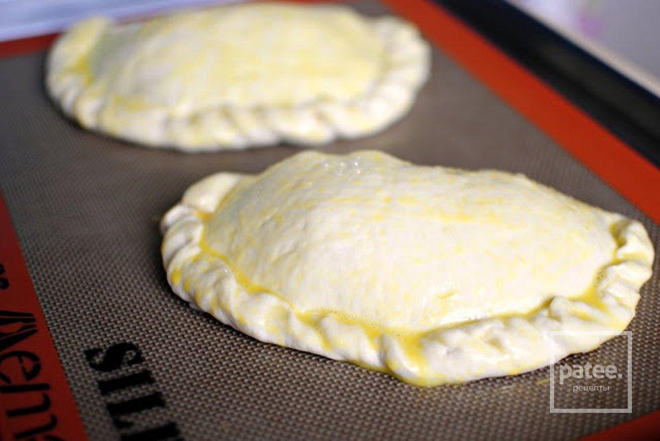 Кальцоне с колбасой, луком и сыром