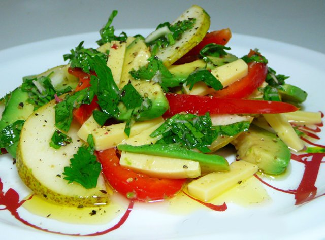 2 спелых авокадо 2 не переспелые груши 3 лайма 75 гр сыра пармезан 30 гр кедровых орешков оливковое масло соль, перец по вкусу.