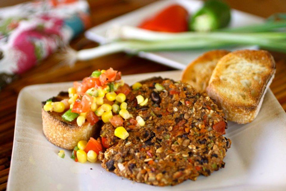 Вегетарианский бифштекс из черной фасоли с острым кукурузным салатом