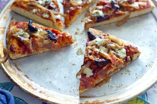 Пицца с инжиром и ветчиной
