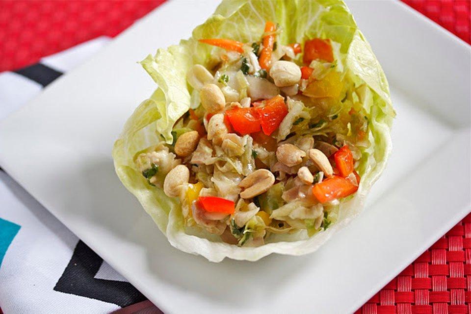 Курица по-азиатски на листьях салата