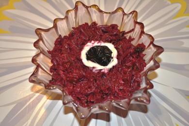 Рецепт Салат из свеклы с чесноком и черносливом