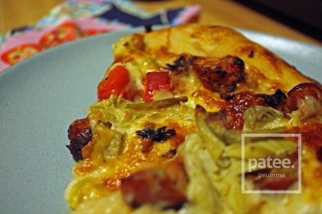 Нежная чесночная пицца с куриными колбасками
