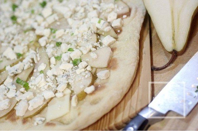 Пицца с грушей и сыром горгондзола