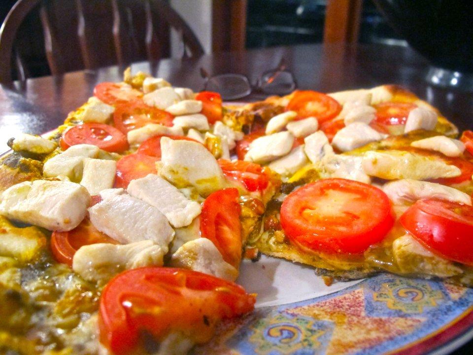 Пицца с курицей и томатами