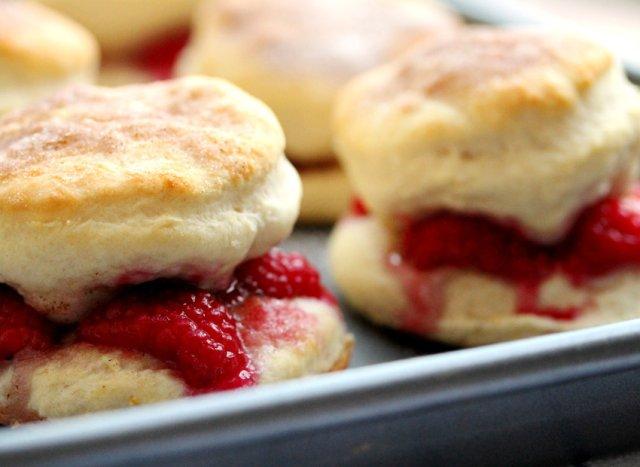 Печенье-сэндвичи с малиной