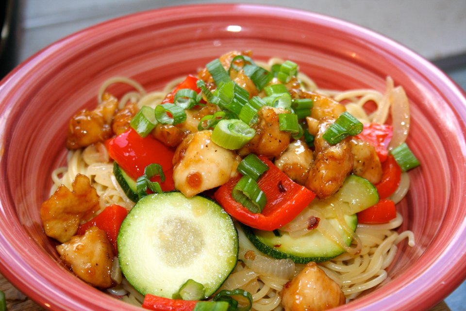 Жареная курица с овощами и спагетти
