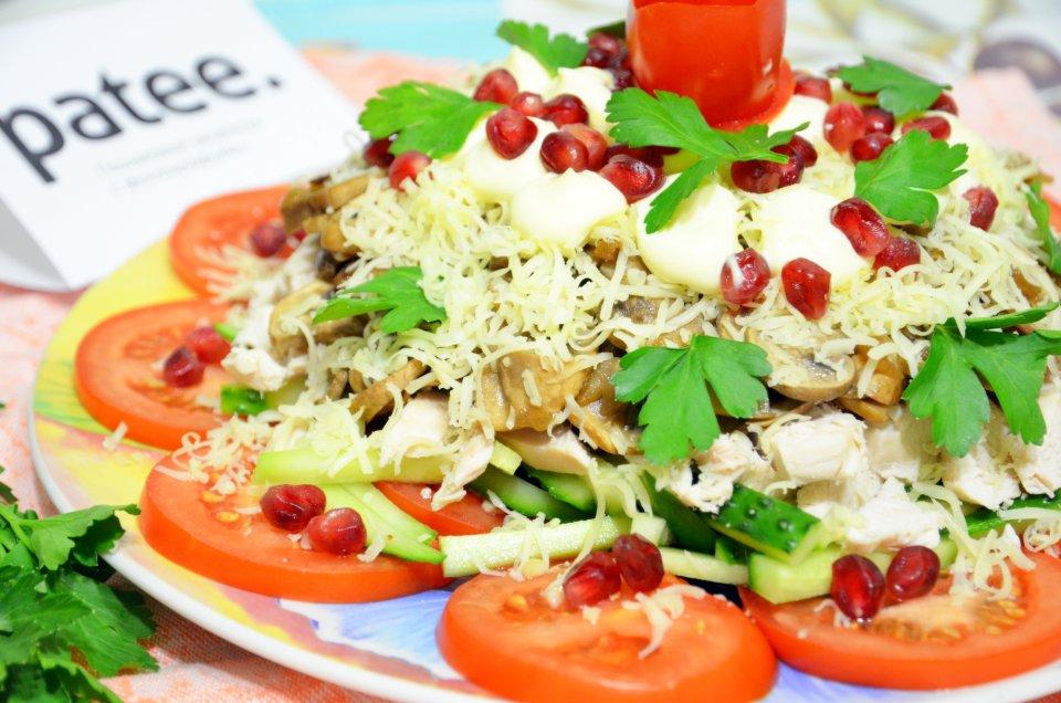 Слоёный салат с курицей и грибами