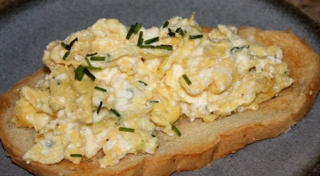 Бутерброд с яйцами и сыром рикотта
