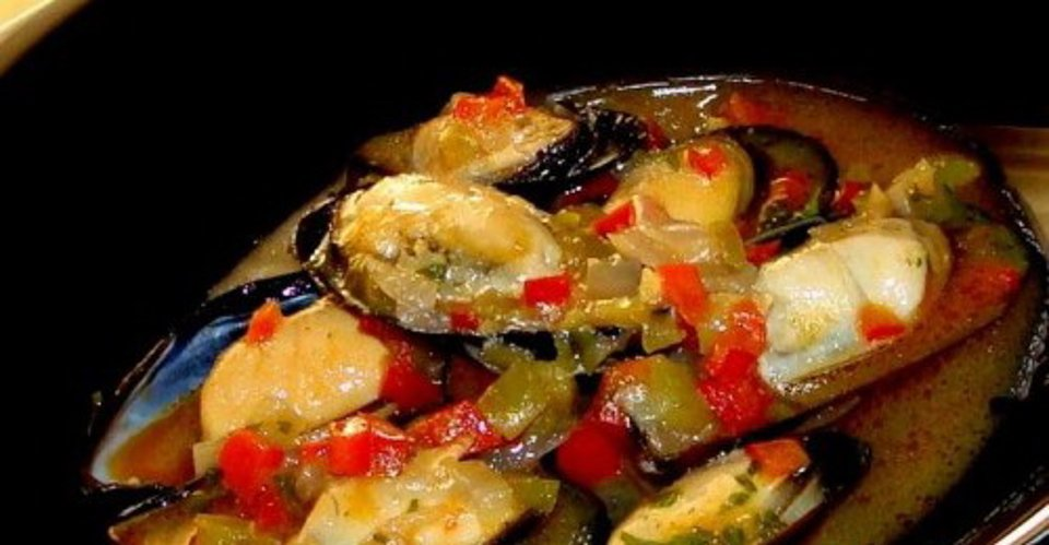 Мидии, тушенные с овощами в томатном соусе