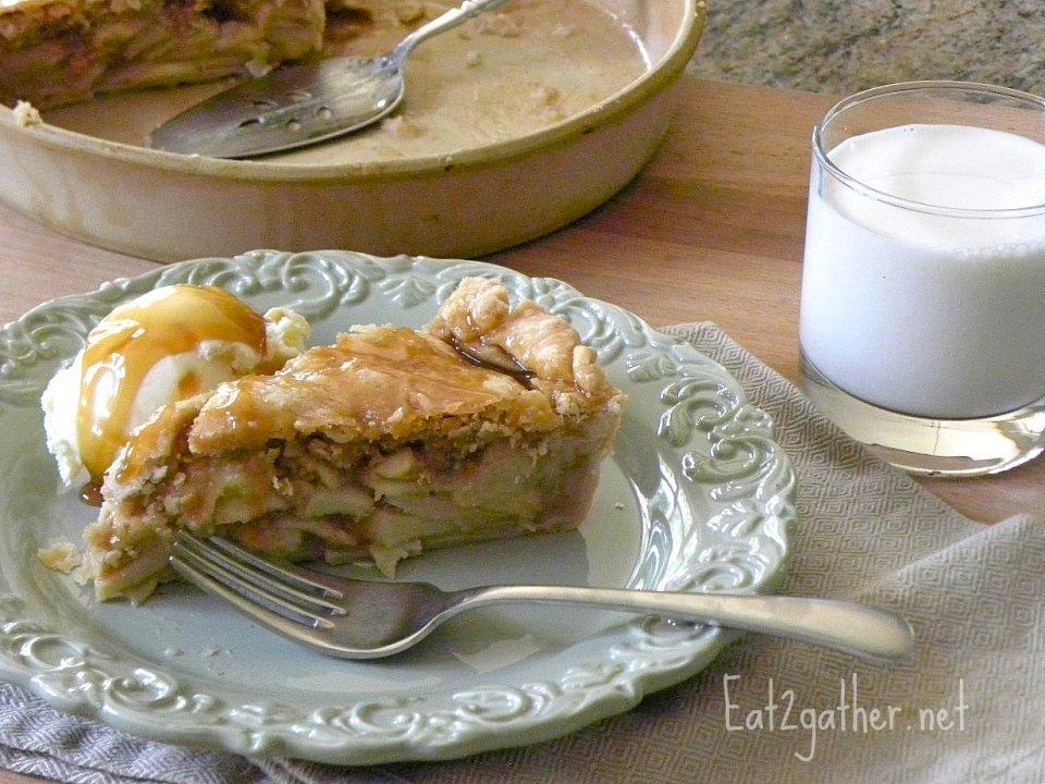 Яблочный пирог с карамельным сиропом