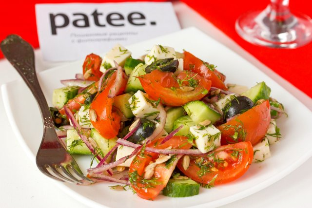 Овощной салат с брынзой, маслинами и семенами подсолнечника
