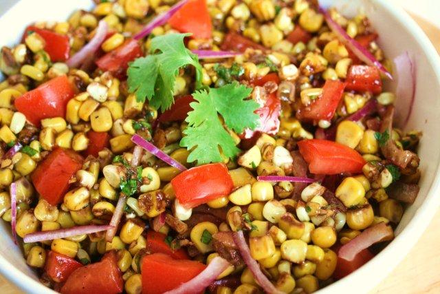 Кукурузный салат с помидорами