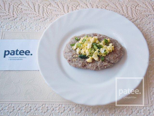 Мясные зразы с яйцом и зеленым луком