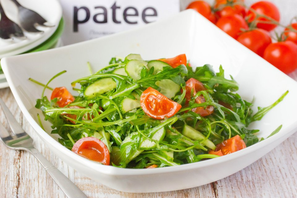 Салат с рукколой, помидорами черри и огурцами