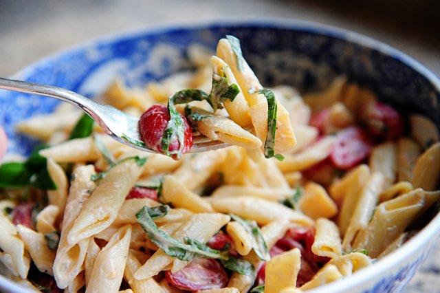 Салат из пасты с сыром и помидорами