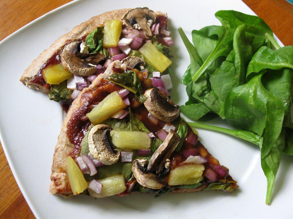 Пицца с грибами и ананасом
