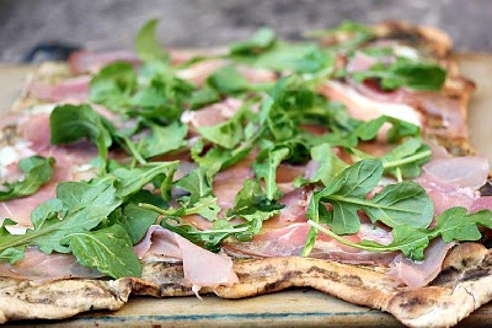 Пицца на гриле с ветчиной и рукколой