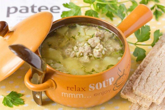 Картофельный суп с говяжьим фаршем и яйцом