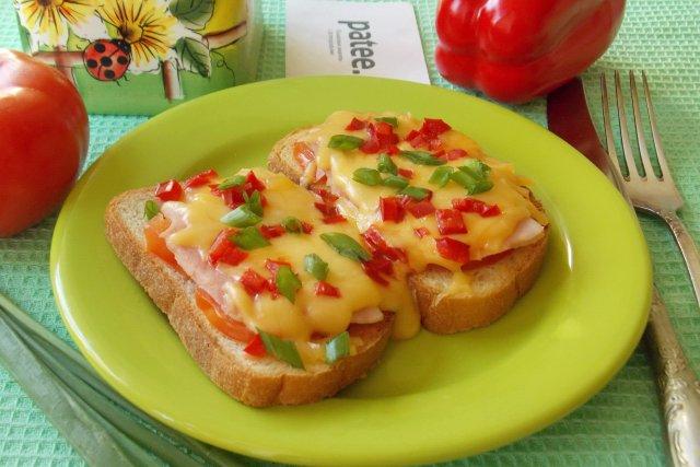 Горячие бутерброды с ветчиной, помидорами и сыром