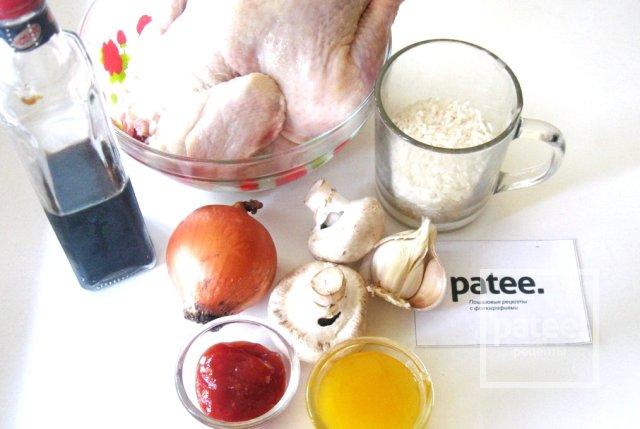 Курица в медово-соевом соусе, фаршированная рисом и грибами