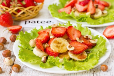 Рецепт Клубнично-банановый пикантный салат