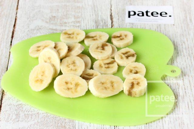 Клубнично-банановый пикантный салат