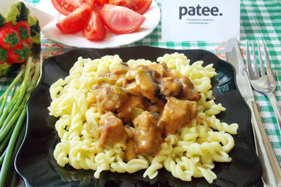 Свинина с грибами и кабачками в сырном соусе