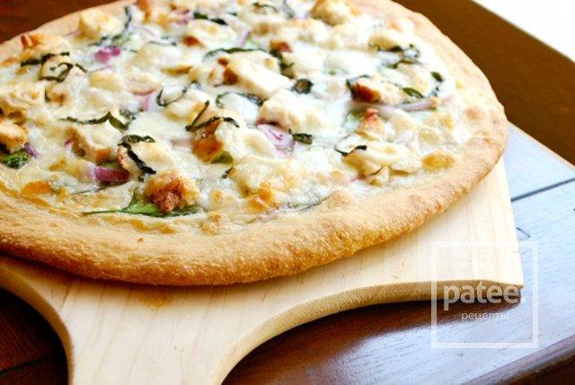 Пицца с курицей, шпинатом и соусом альфредо