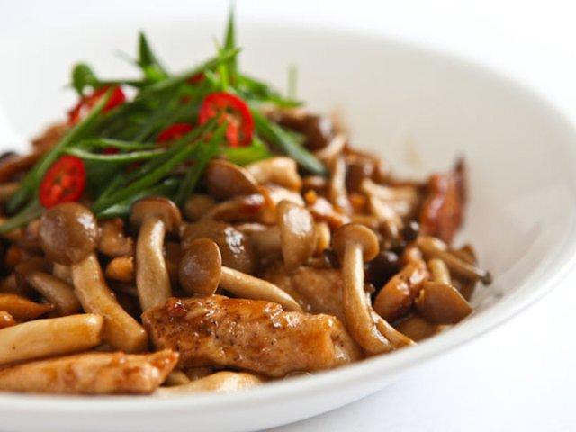 Жаркое из курицы с японскими грибами