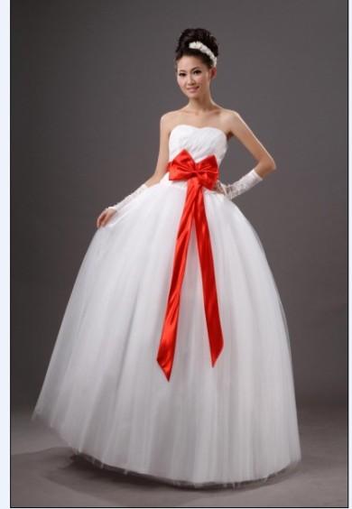 Платья свадебные с красной лентой