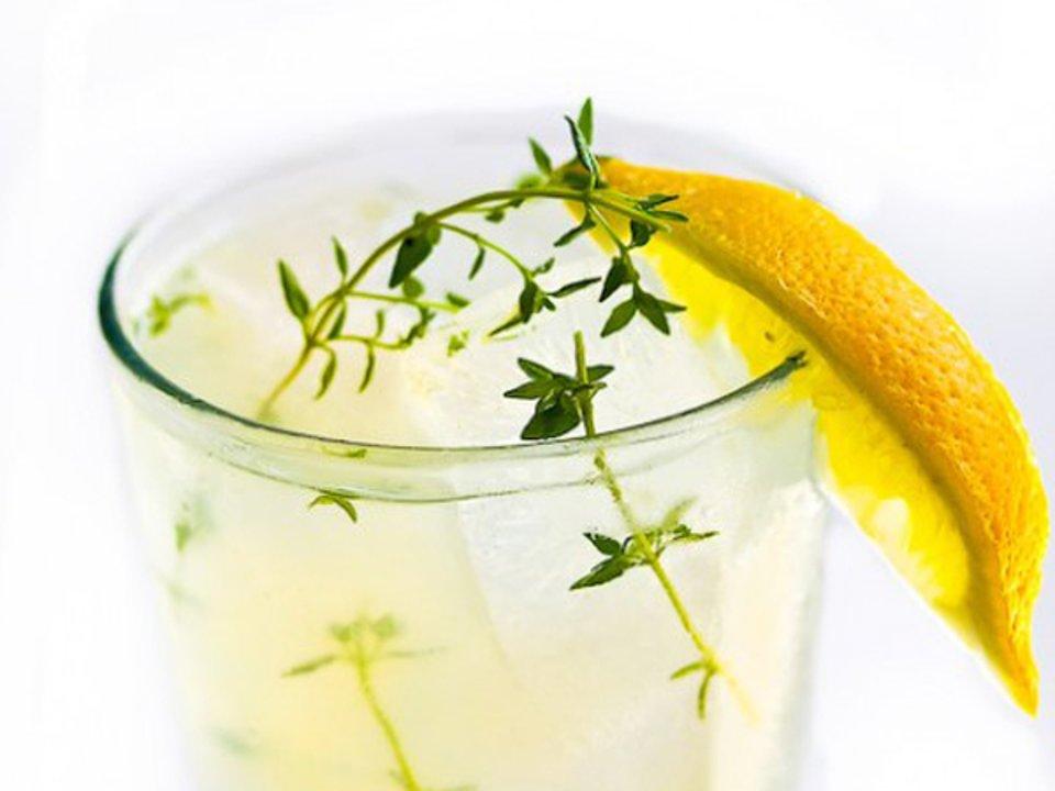 Лимонад с водкой и тимьяном