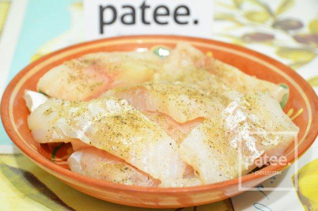 Жареная рыба на подушке из тушеных овощей с беконом