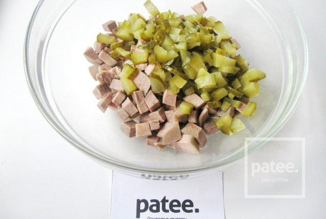 Салат с отварным языком и зеленым горошком