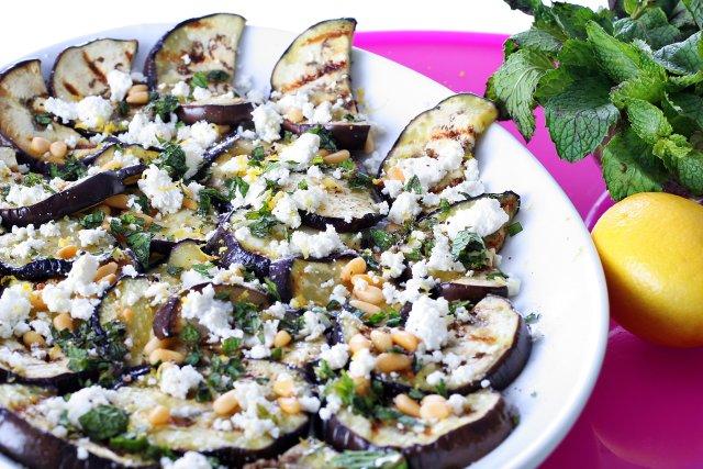 Салат из баклажанов с козьим сыром и орешками