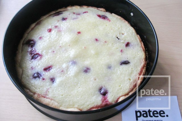 Открытый пирог с вишней
