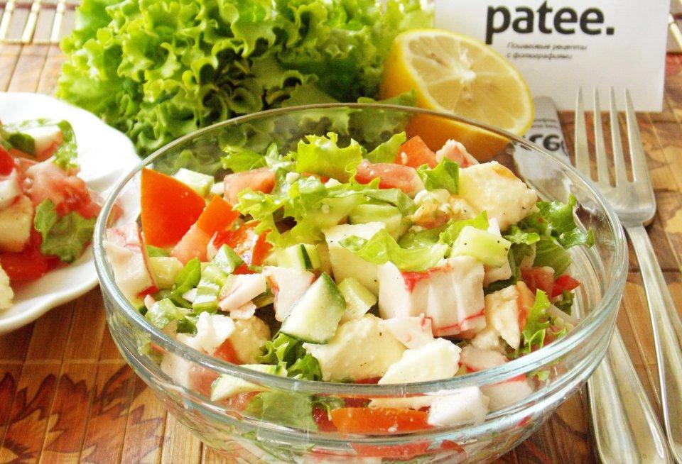 Салат с моцареллой, крабовыми палочками и овощами