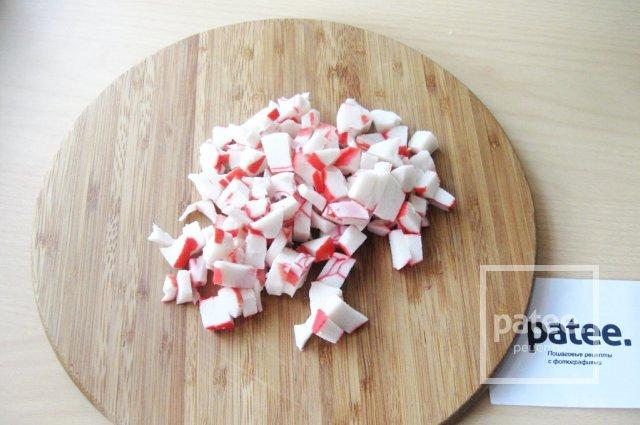 Салат с моцареллой, крабовыми палочками и овощами - Шаг 3
