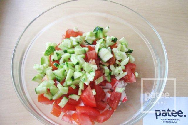 Салат с моцареллой, крабовыми палочками и овощами - Шаг 8