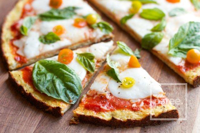Пицца из цветной капусты с сыром, помидорами и базиликом