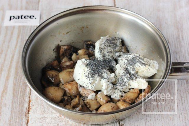 Шампиньоны, тушеные в греческом йогурте с маком